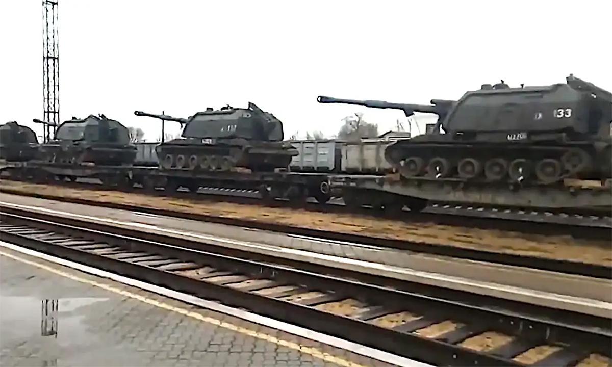 Vũ khí Nga ùn ùn kéo về biên giới với Ukraine
