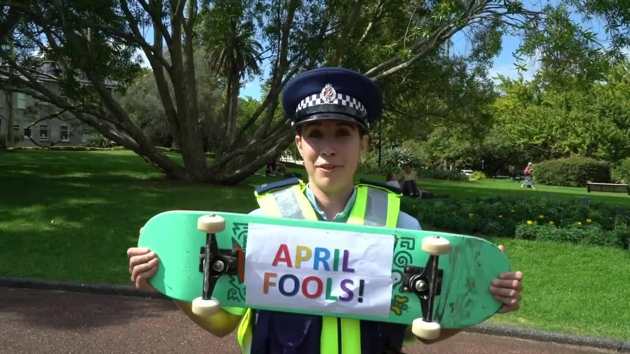 Cảnh sát phương Tây 'tếu táo' ngày Cá tháng tư