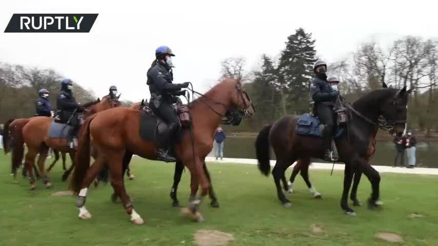 Bỉ điều kỵ binh giải tán đám đông chống phong tỏa