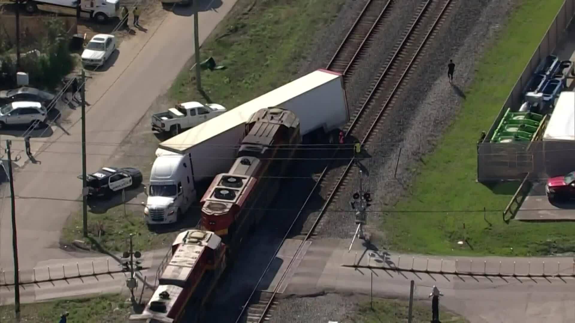 Tai nạn tàu hỏa với xe tải chở siêu xe