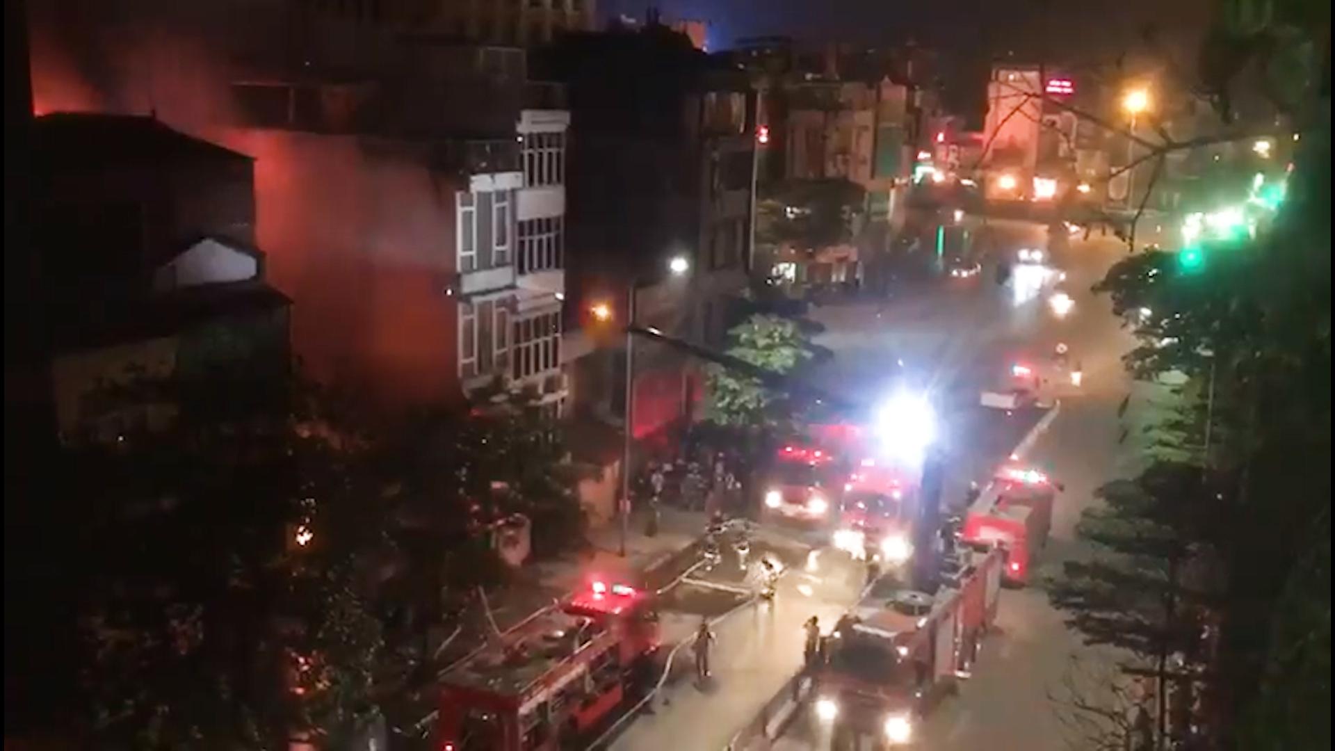 Phá cửa cứu 4 nạn nhân trong căn nhà cháy bất thành