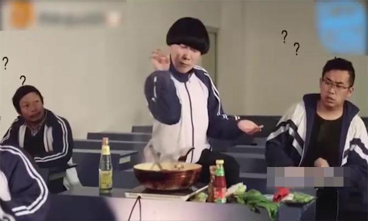 Nam sinh bị đuổi ra ngoài vì nấu ăn trong lớp