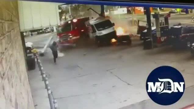 Xe cứu hỏa lao như tên bắn vào trạm xăng