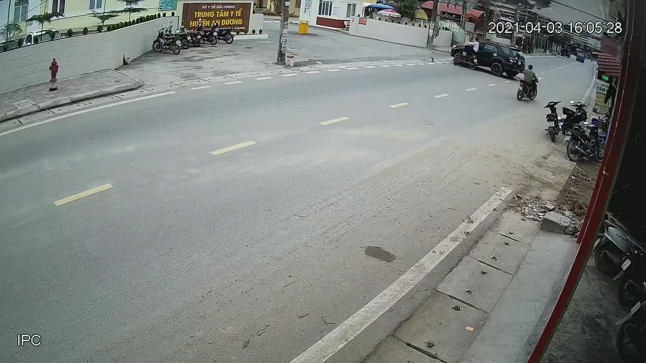 Xe máy đâm ôtô sang đường - xe nào sai?