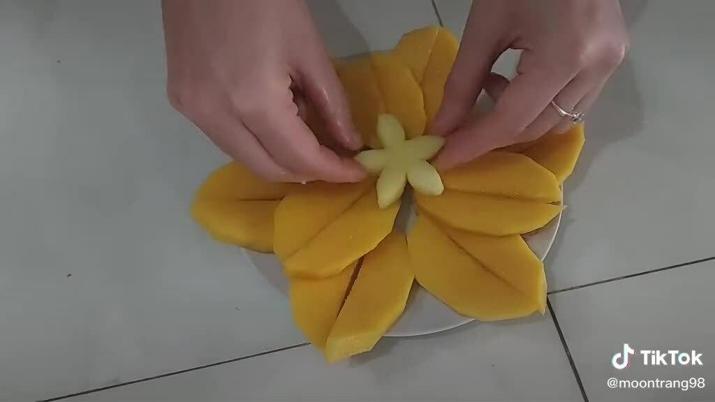 Cô gái cắt xoài hình cánh hoa