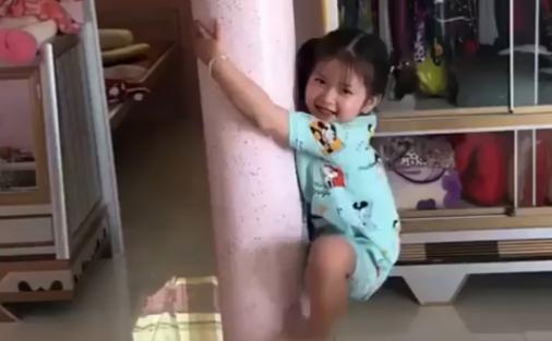 Bé gái trèo cột nhà như người nhện