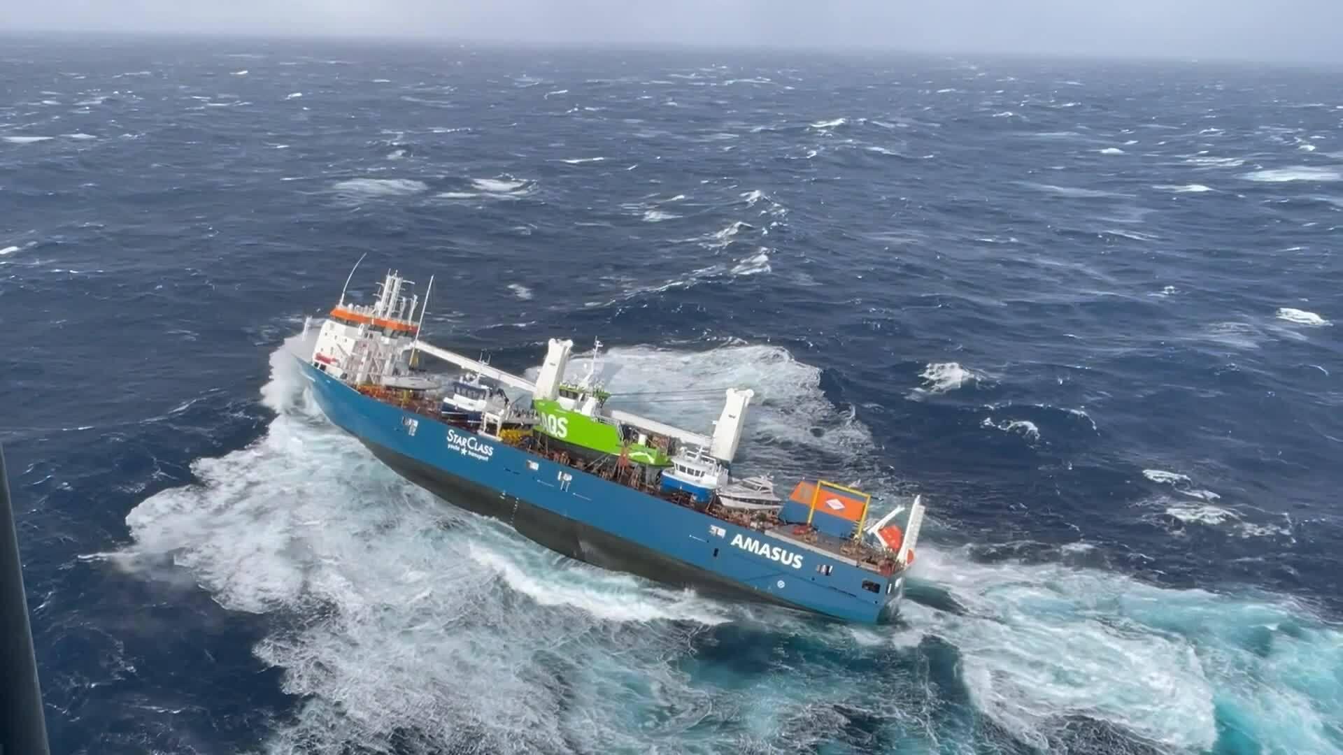 Khoảnh khắc giải cứu thủy thủ trên tàu hàng sắp đắm