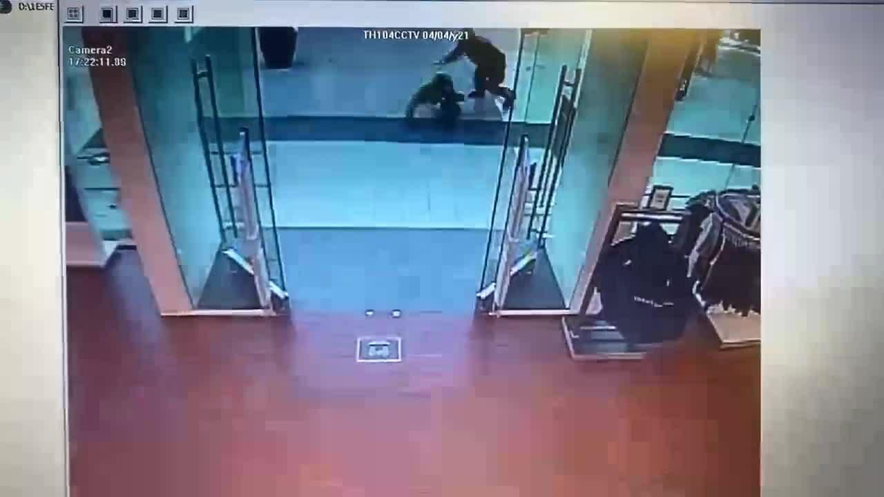 Bắt hai gã đàn ông tấn công vợ chồng gốc Á