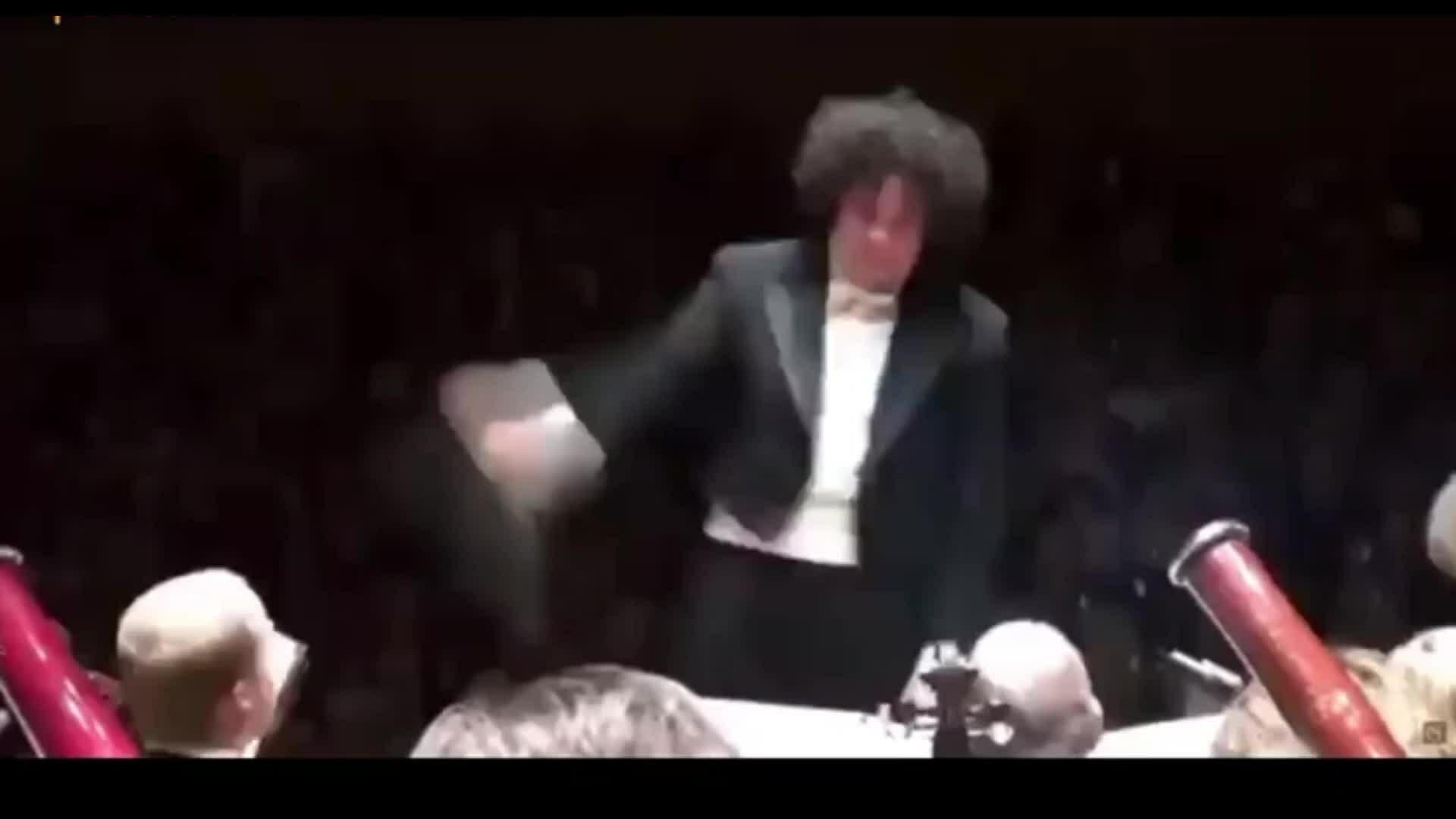 Nhạc trưởng bị biến thành ảo thuật gia