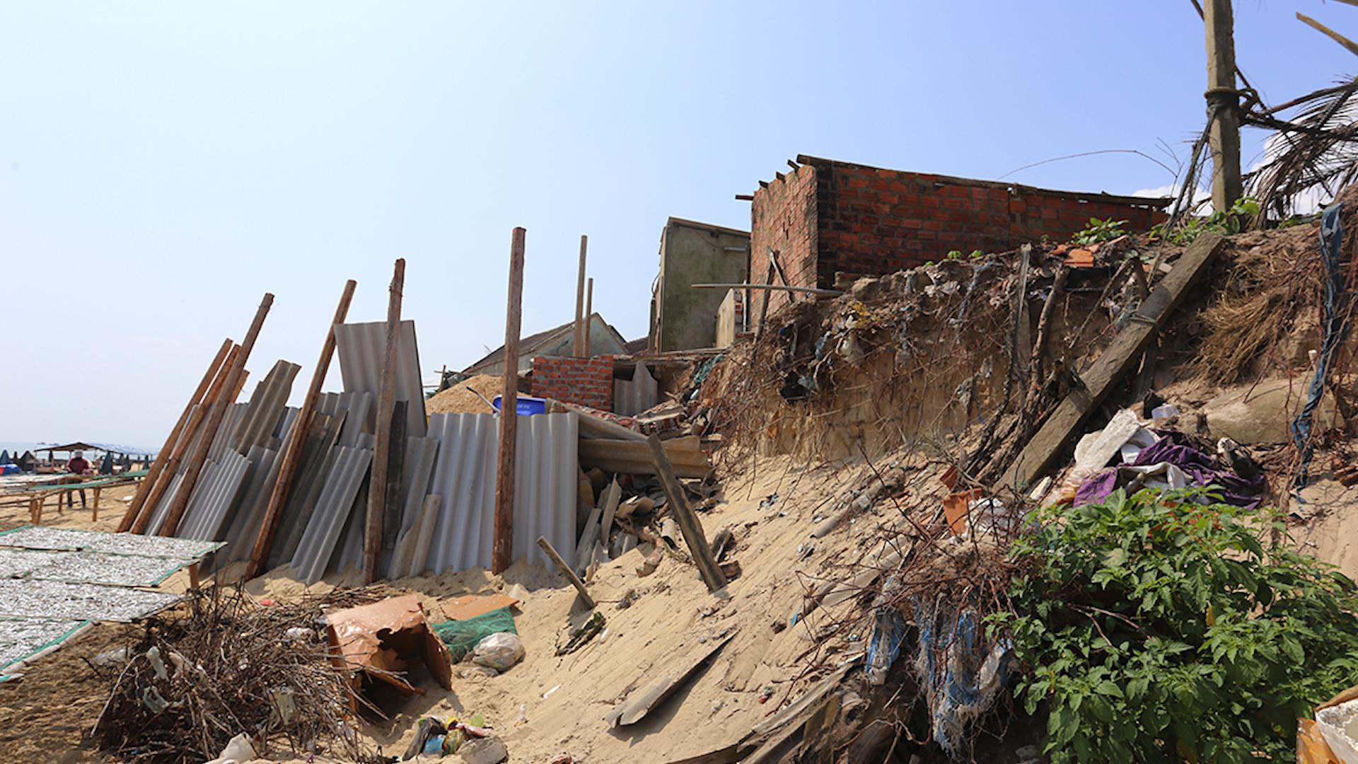 Sạt lở bờ biển đe dọa hàng chục ngôi nhà