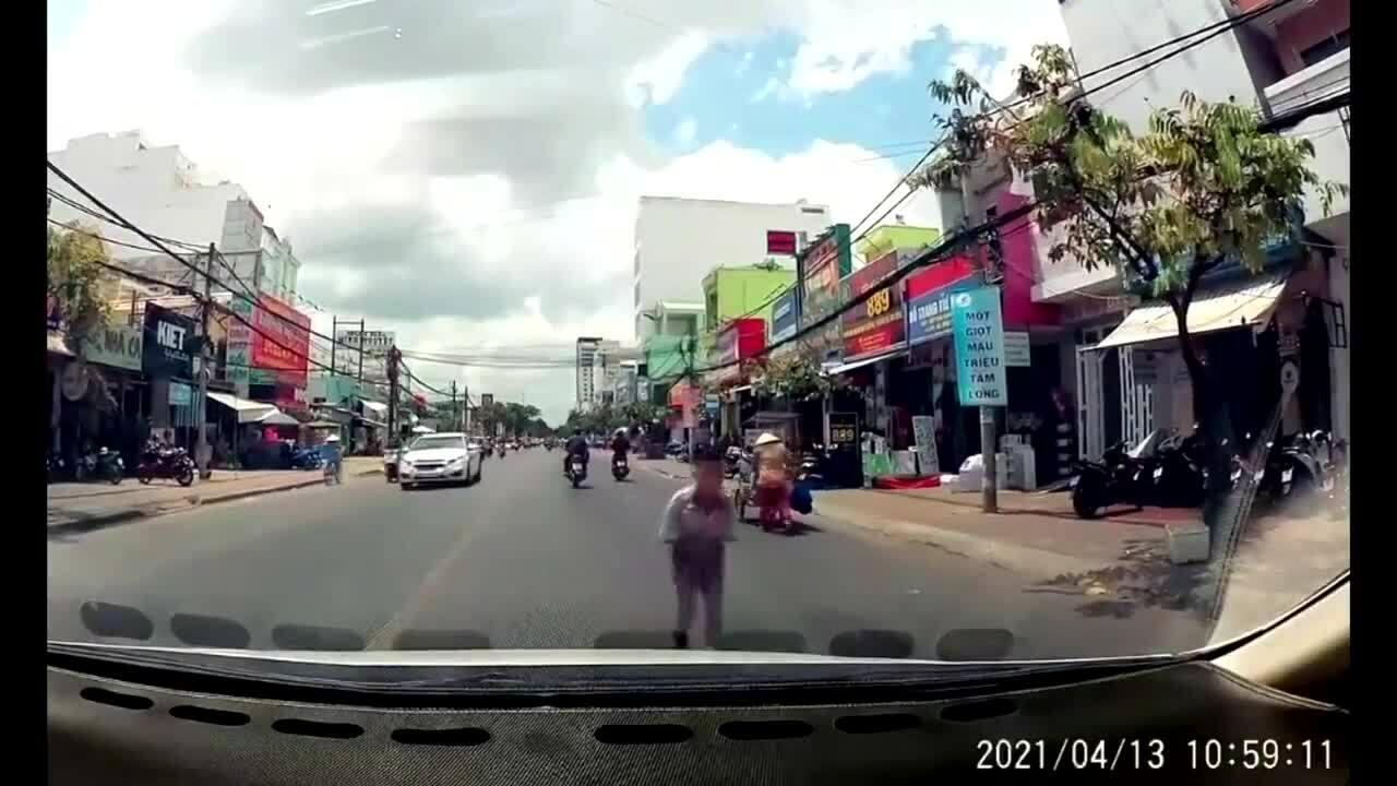 Cậu bé cúi đầu cám ơn tài xế đã nhường đường