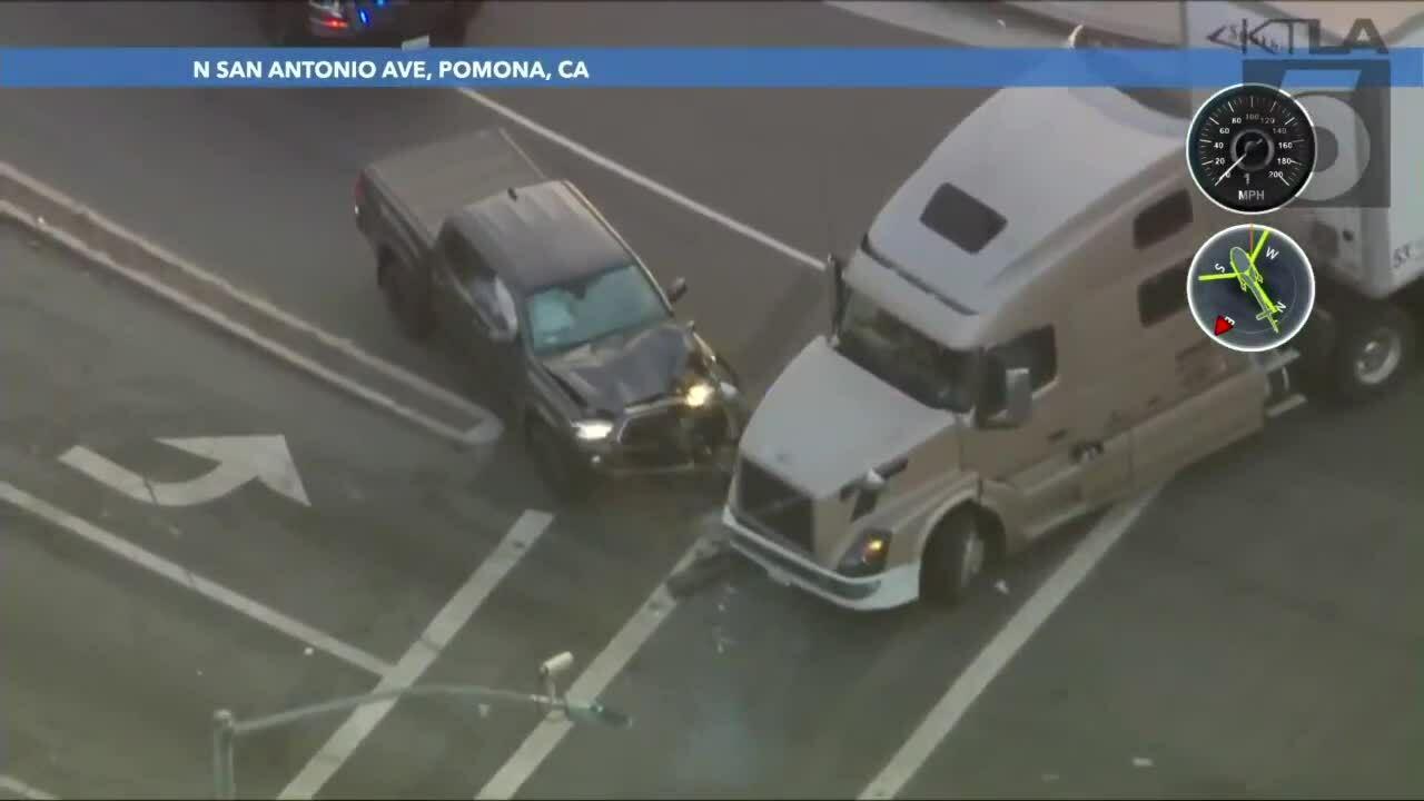 Tài xế container chặn đầu ôtô chạy trốn cảnh sát