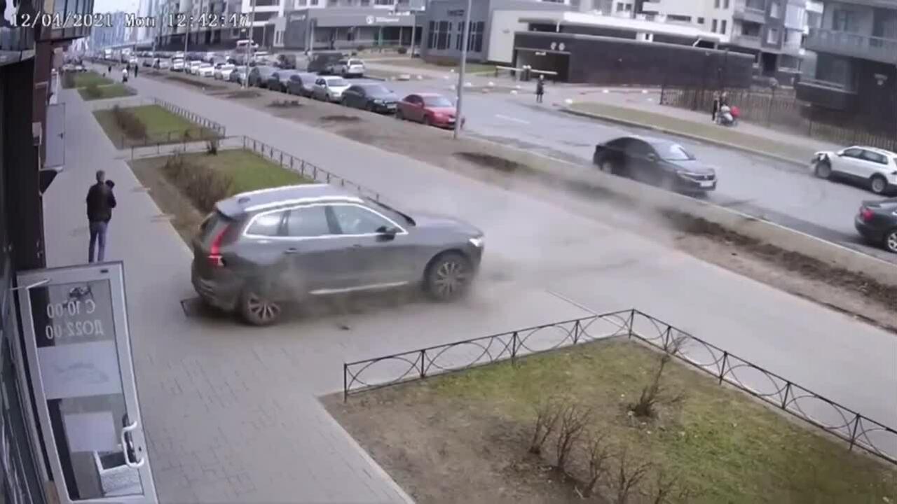 Bố nhanh tay cứu con khỏi ôtô lùi như tên bắn