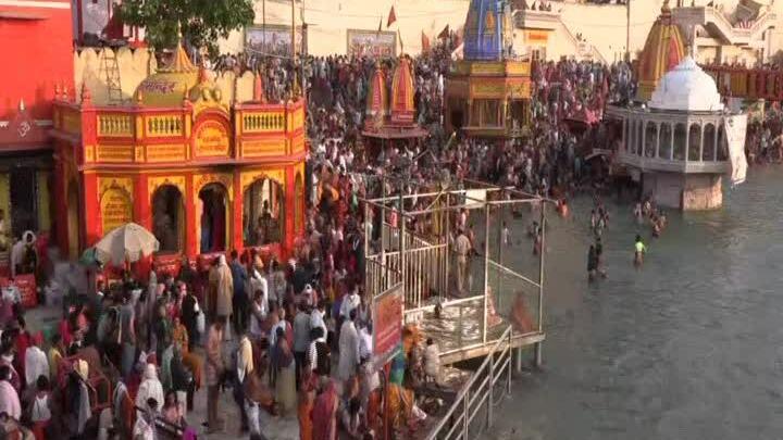 Hơn 1.000 người dương tính nCoV trong lễ hội sông Hằng