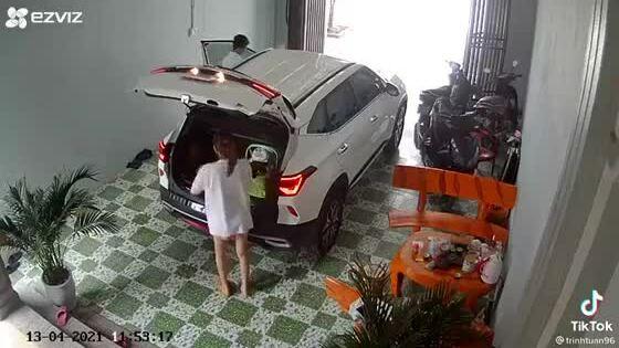 Vợ chui vào cốp xe trốn chồng