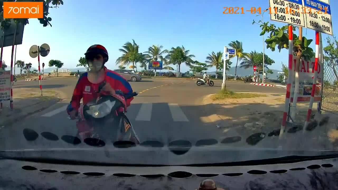 Shiper lao đầu vào ôtô