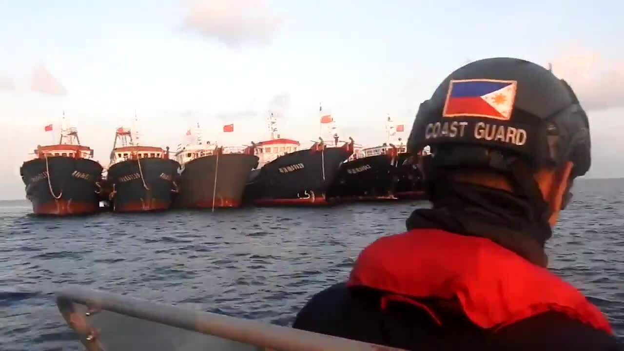Cảnh sát biển Philippines nói 'xin chào' khi áp sát tàu Trung Quốc