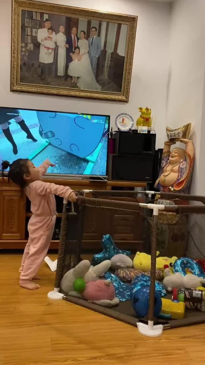 Bé gái lộn nhào vào quây đồ chơi