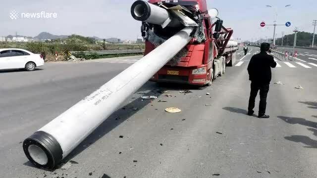 Ống xi-măng xuyên thủng cabin xe tải, tài xế thoát chết