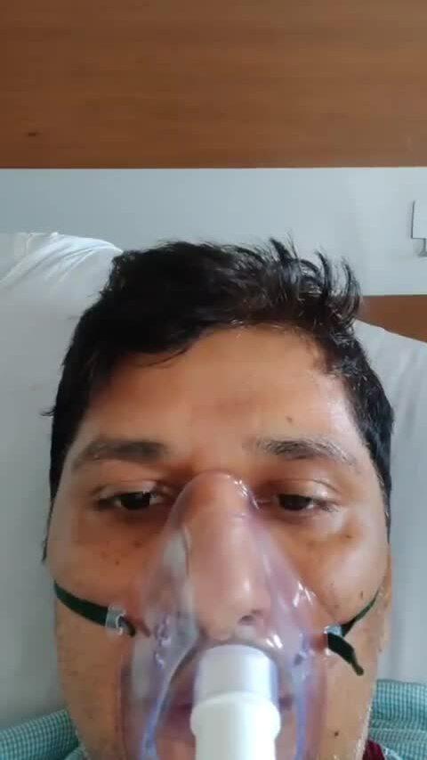 Chính trị gia Ấn Độ đeo máy thở cầu cứu