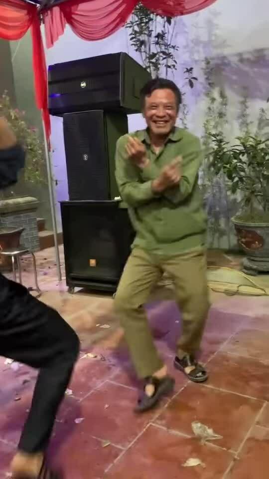 Người đàn ông nhảy điệu Modern Talking