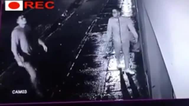Ném điện thoại sang tường rào khi gặp cướp