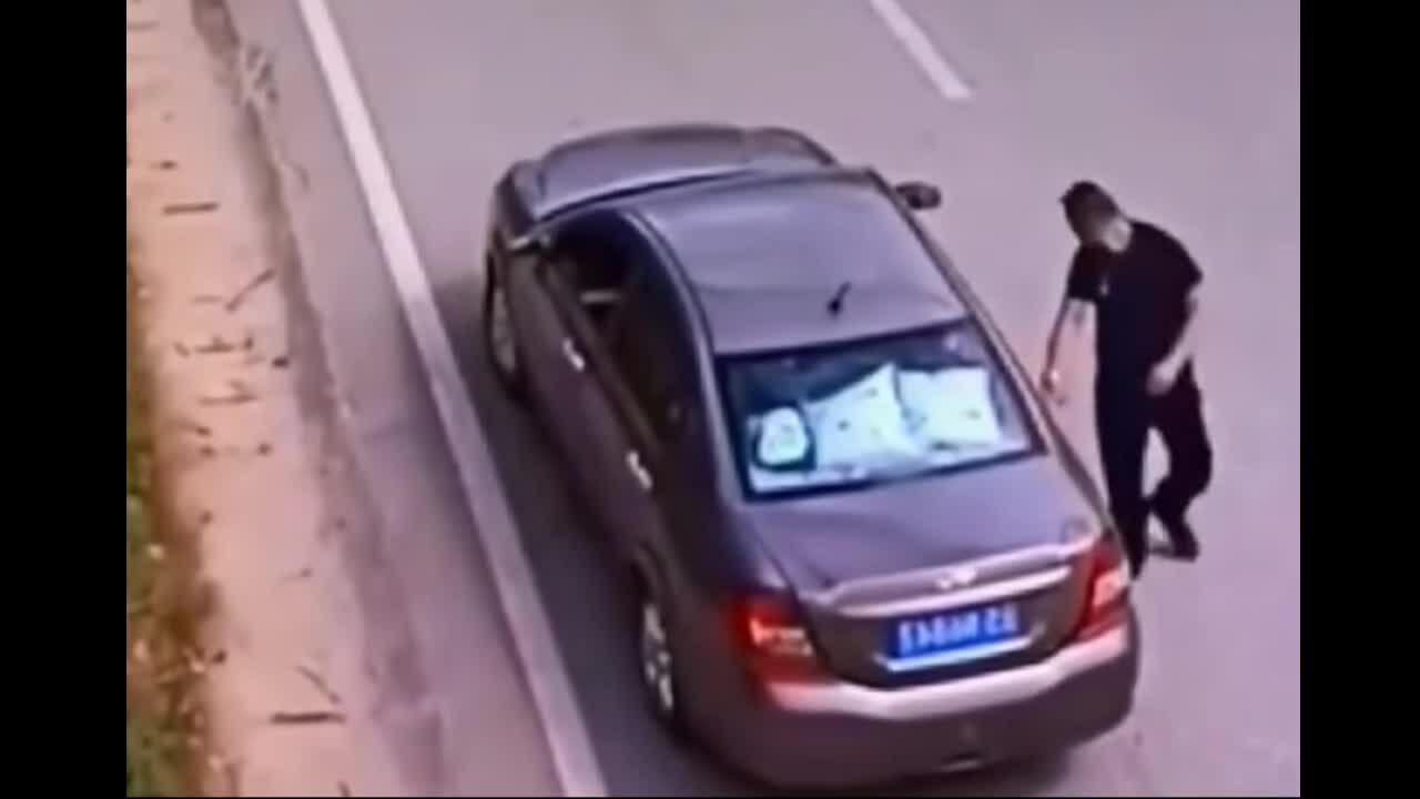 Tài xế ngỡ ngàng khi khách chui vào cốp xe
