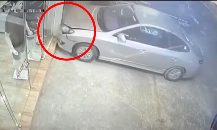 Thanh niên ngơ ngác khi đỗ xe không như ý