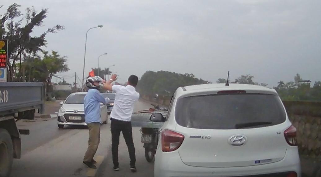 Lái xe máy tát tài xế ôtô sau khi bị té nước trên đường