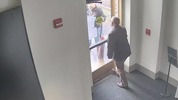 Nghị sĩ bang Oregon mở khóa cửa trụ sở cho người biểu tình