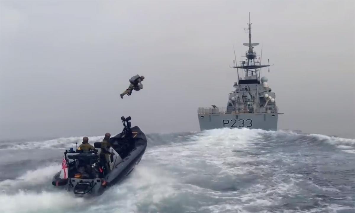 Thủy quân lục chiến Anh mặc đồ bay 'Người sắt' đổ bộ lên chiến hạm