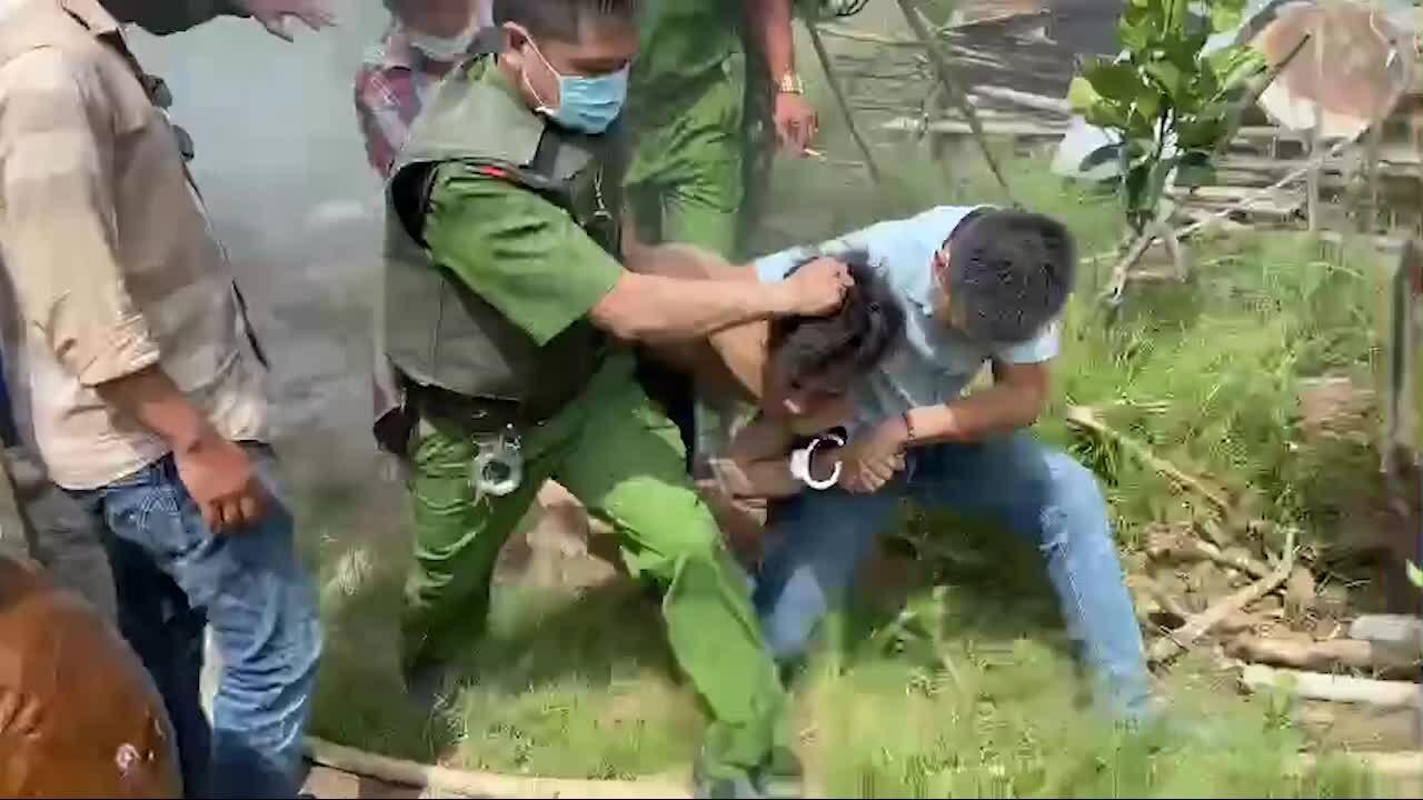 Cảnh sát khống chế ngáo đá - video minh họa
