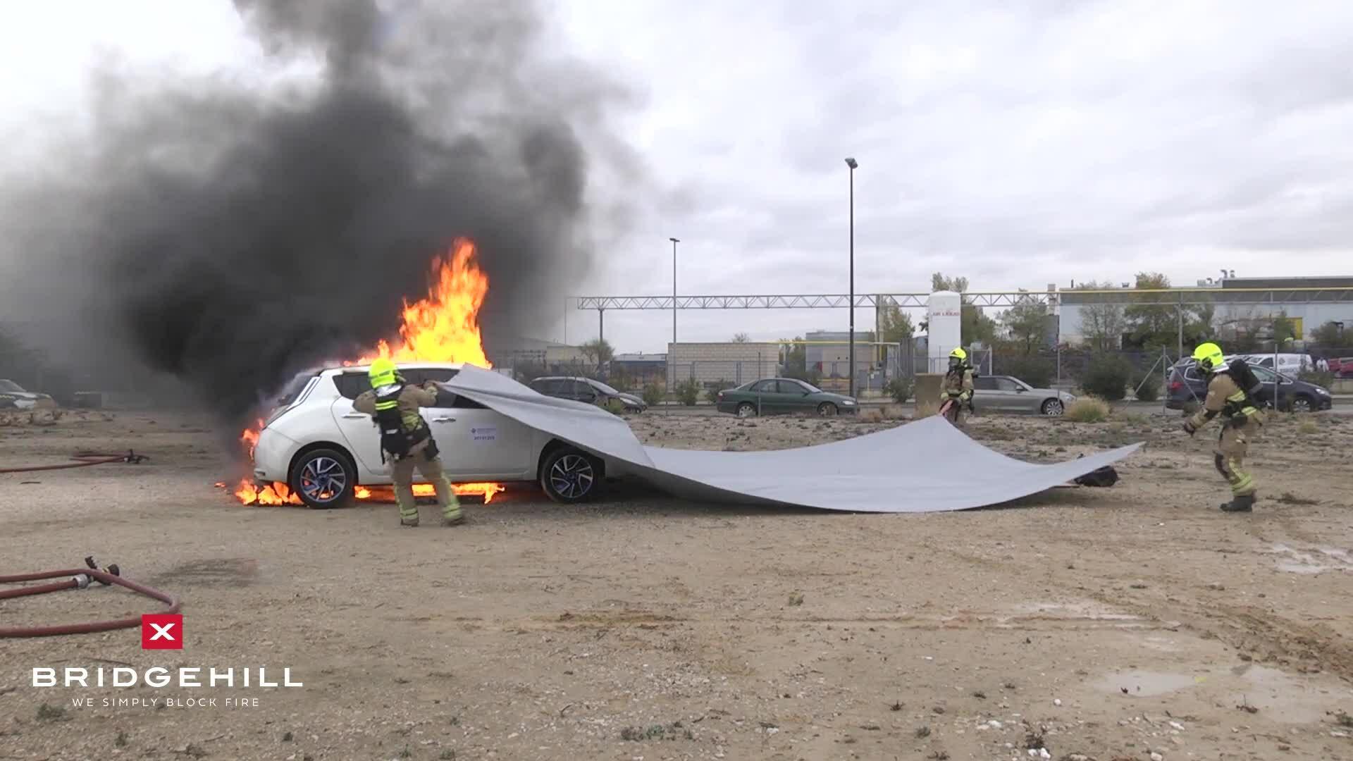 Chữa cháy xe ôtô bằng chăn