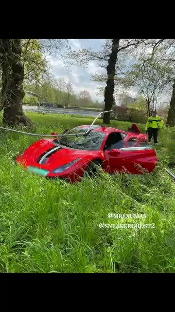 Siêu xe Ferrari mới tinh gặp nạn vì tài xế thích thể hiện