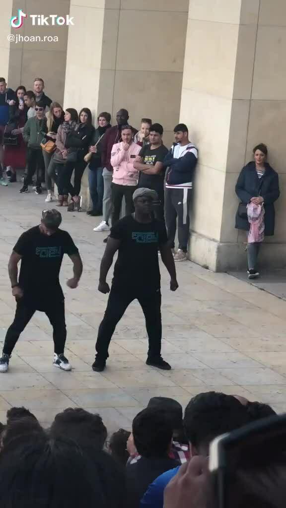 Khán giả vỡ òa khi nam vũ công 'bẻ lái'