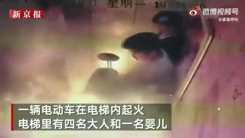 Khoảnh khắc xe đạp điện phát nổ trong thang máy