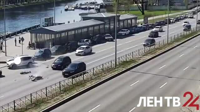 Người đi xe máy văng ra đường khi lao vào ôtô đang đỗ