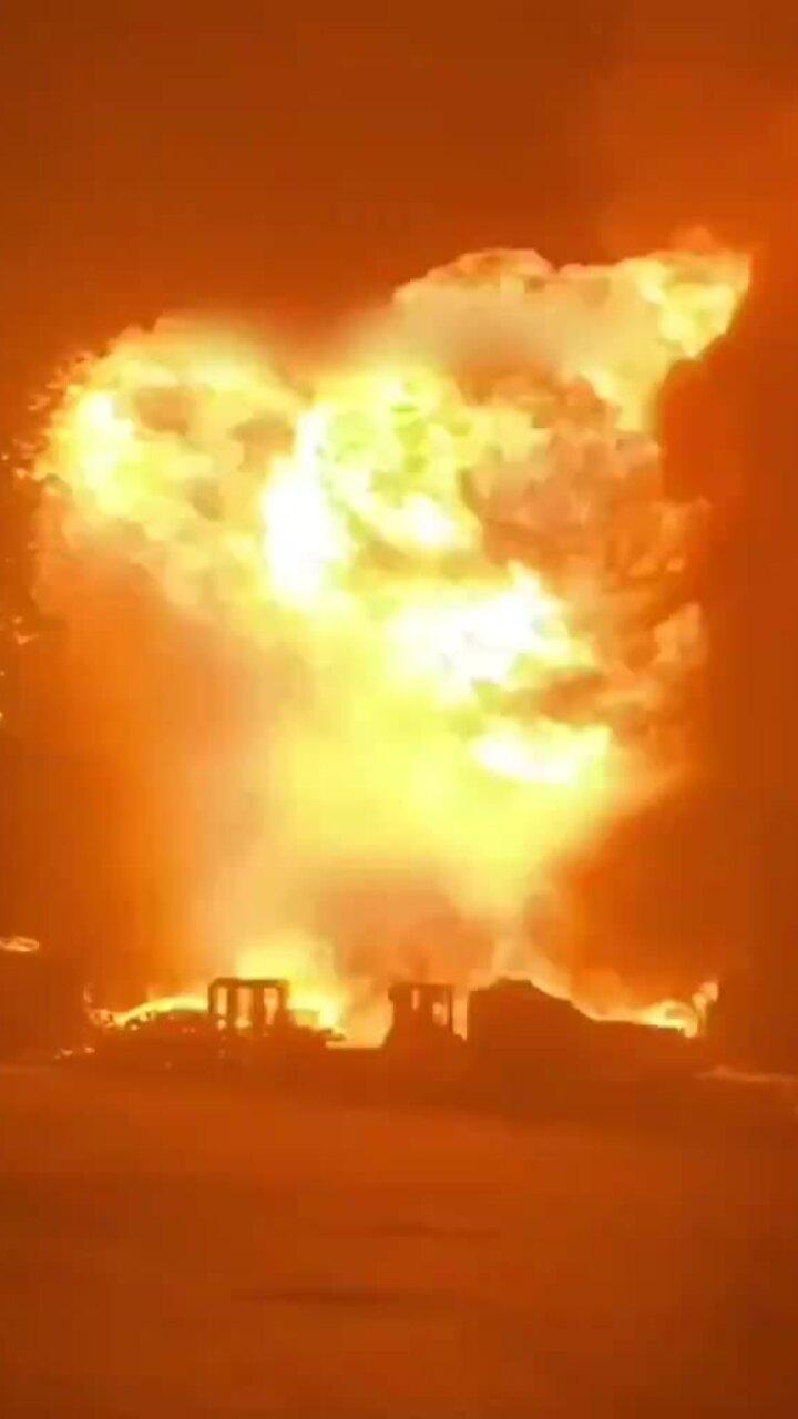 Bể trữ dầu Israel trúng rocket, phát nổ dữ dội
