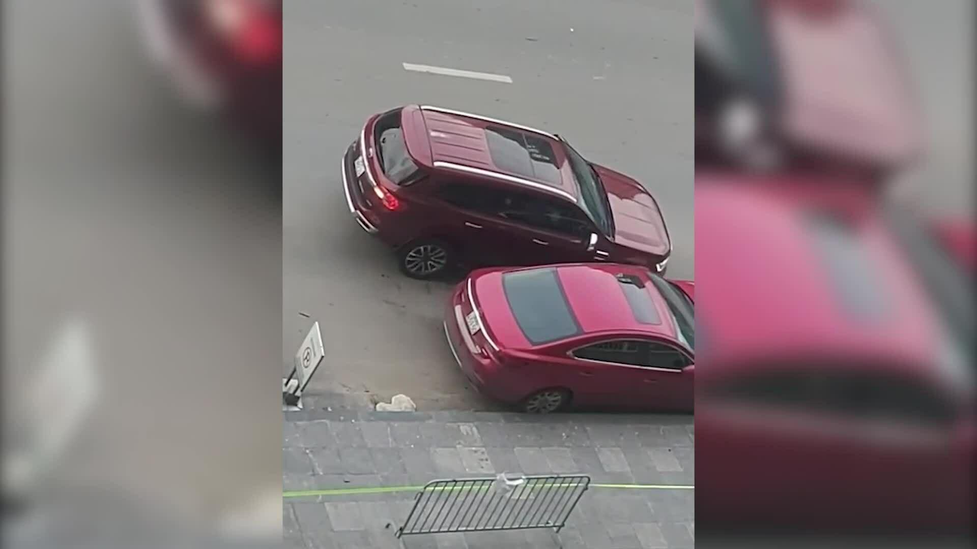 Tài xế xe 7 chỗ đâm vào ô tô đỗ ven đường