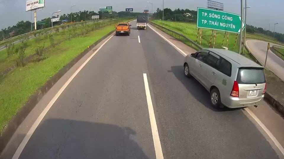Xe Innova đi lùi trên cao tốc Hà Nội-Thái Nguyên
