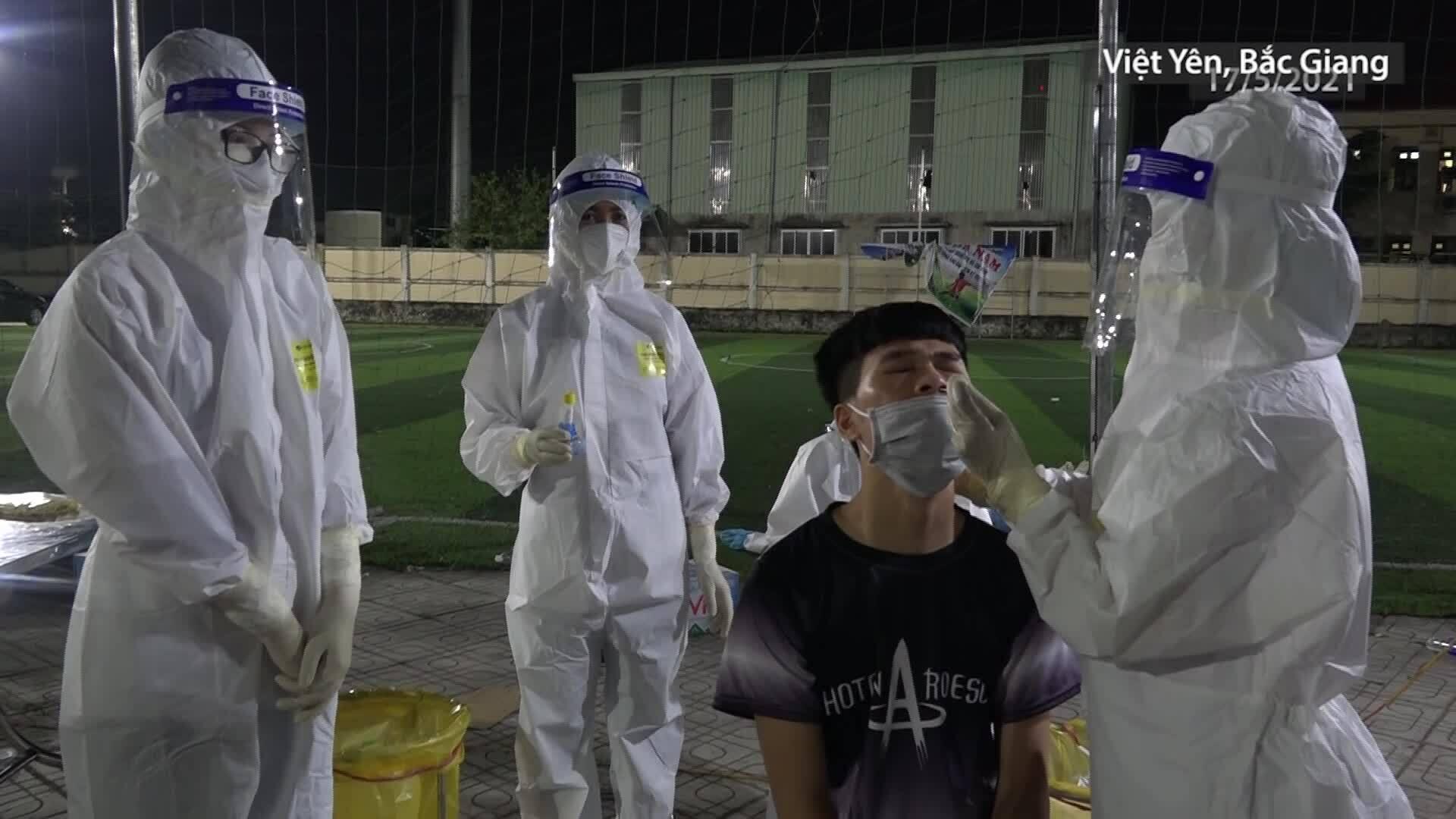 Trắng đêm lấy mẫu xét nghiệm ở tâm dịch Bắc Giang