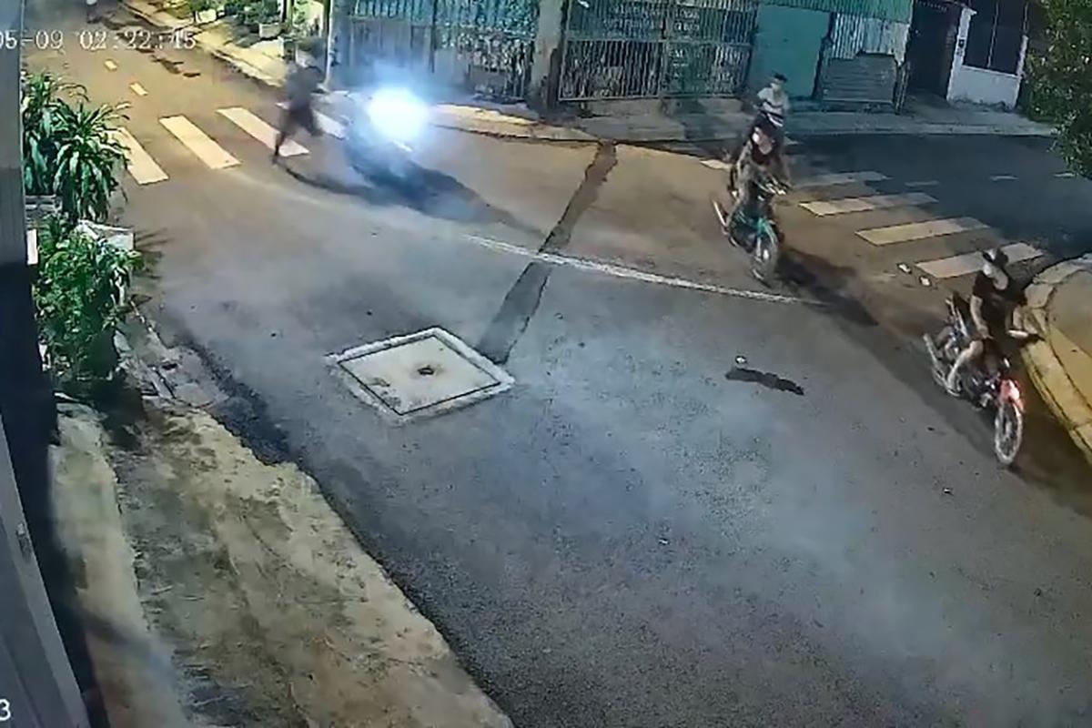 Camera ghi cảnh 6 thanh niên cướp xe máy
