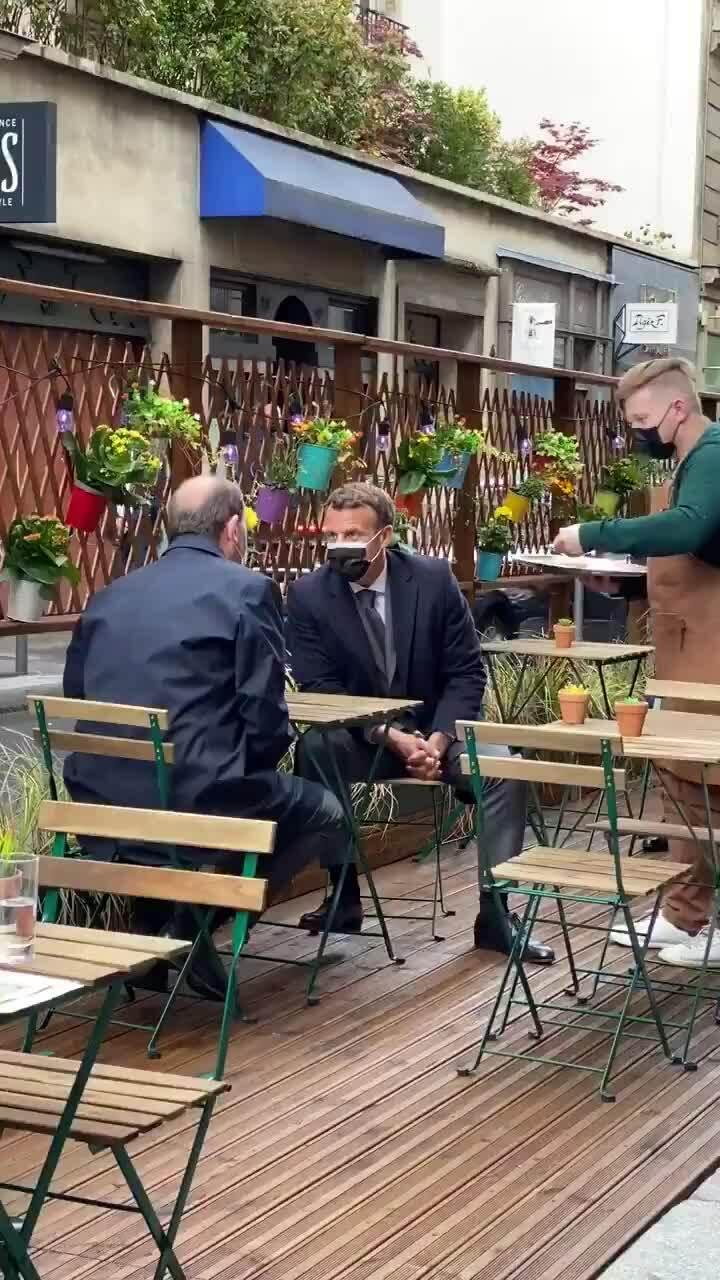 Tổng thống Pháp uống cà phê ngoài trời