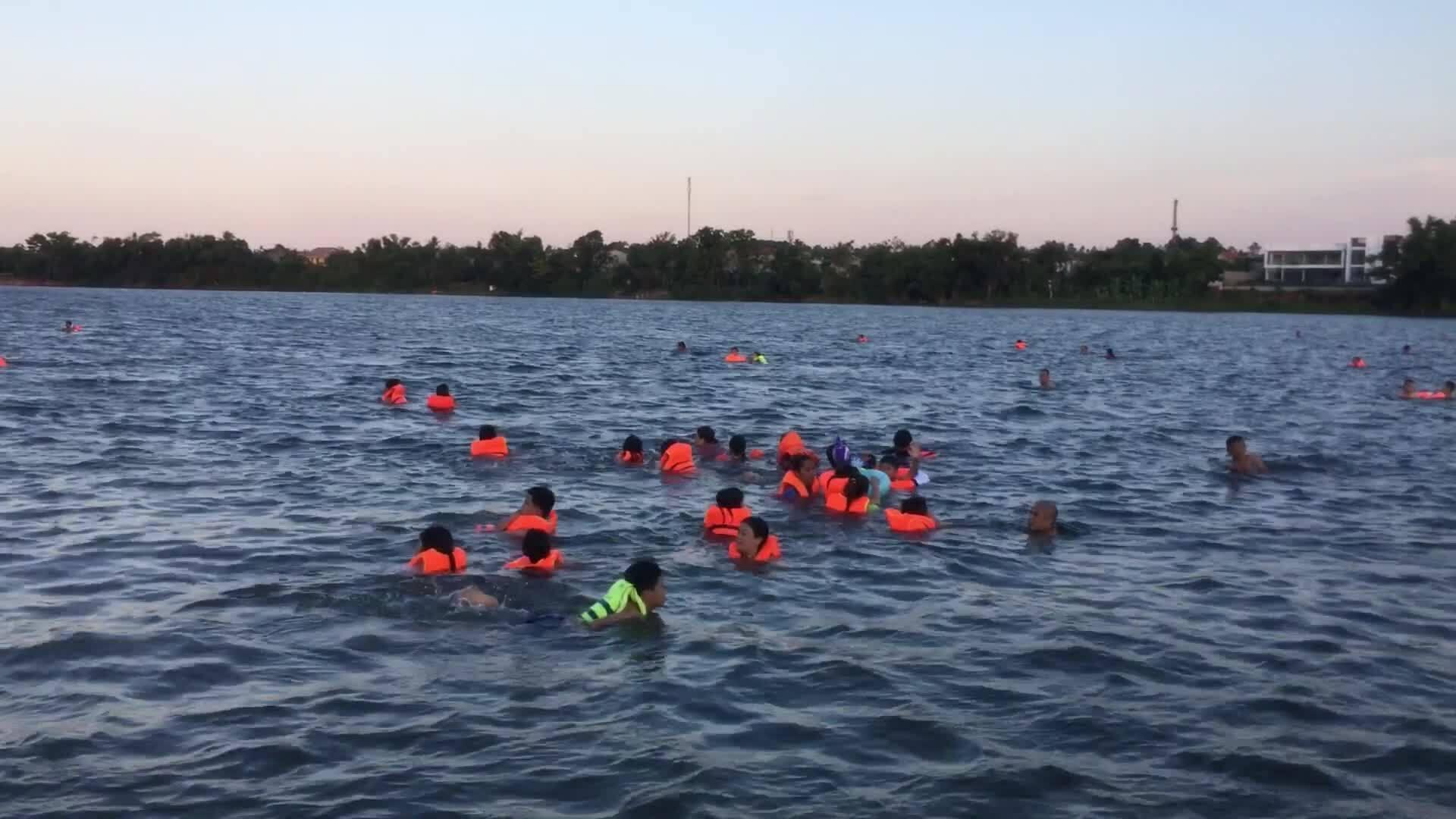Người dân Huế đổ ra sông Hương tắm