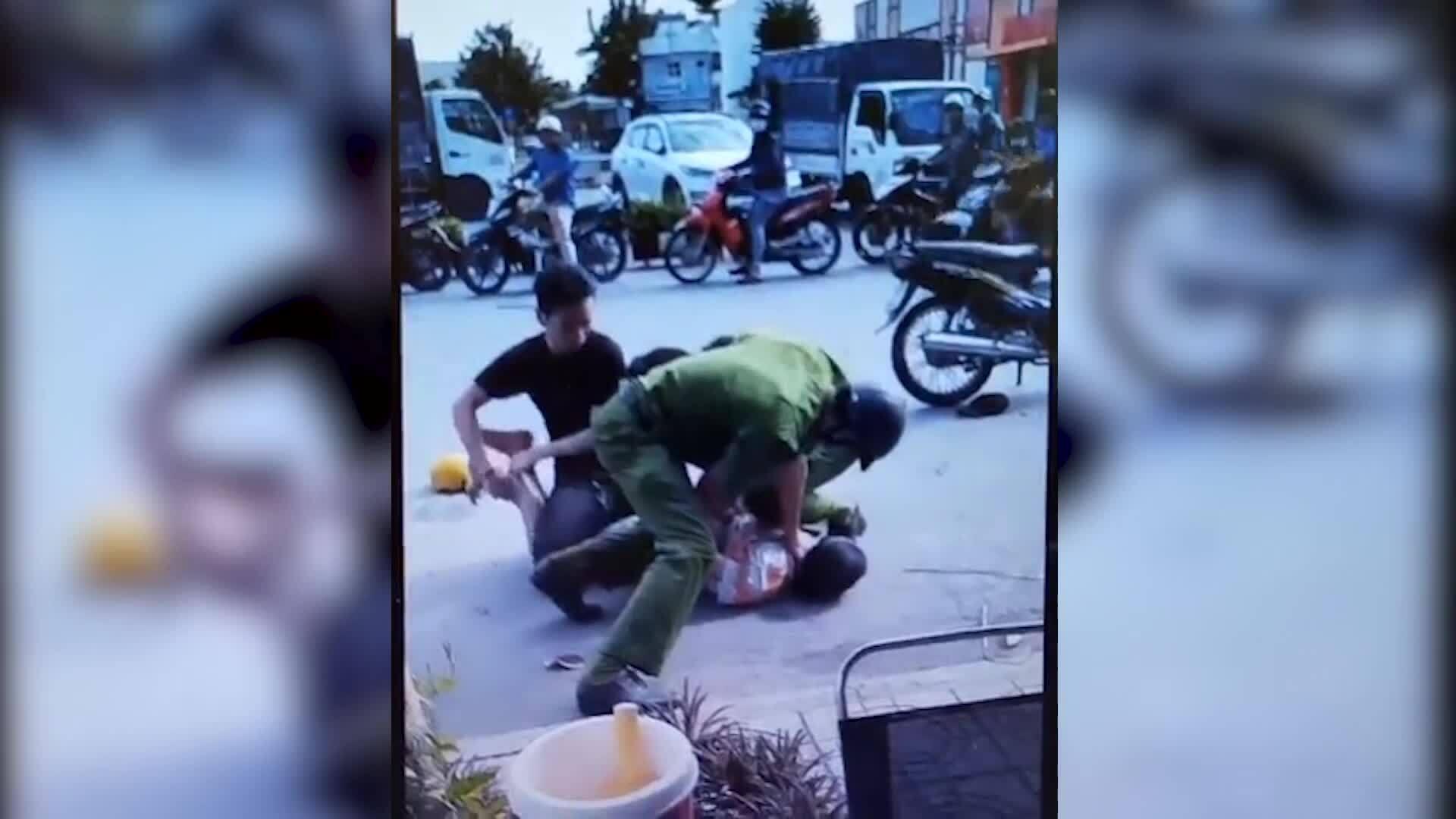 Cảnh sát khống chế kẻ ngáo đá tấn công người