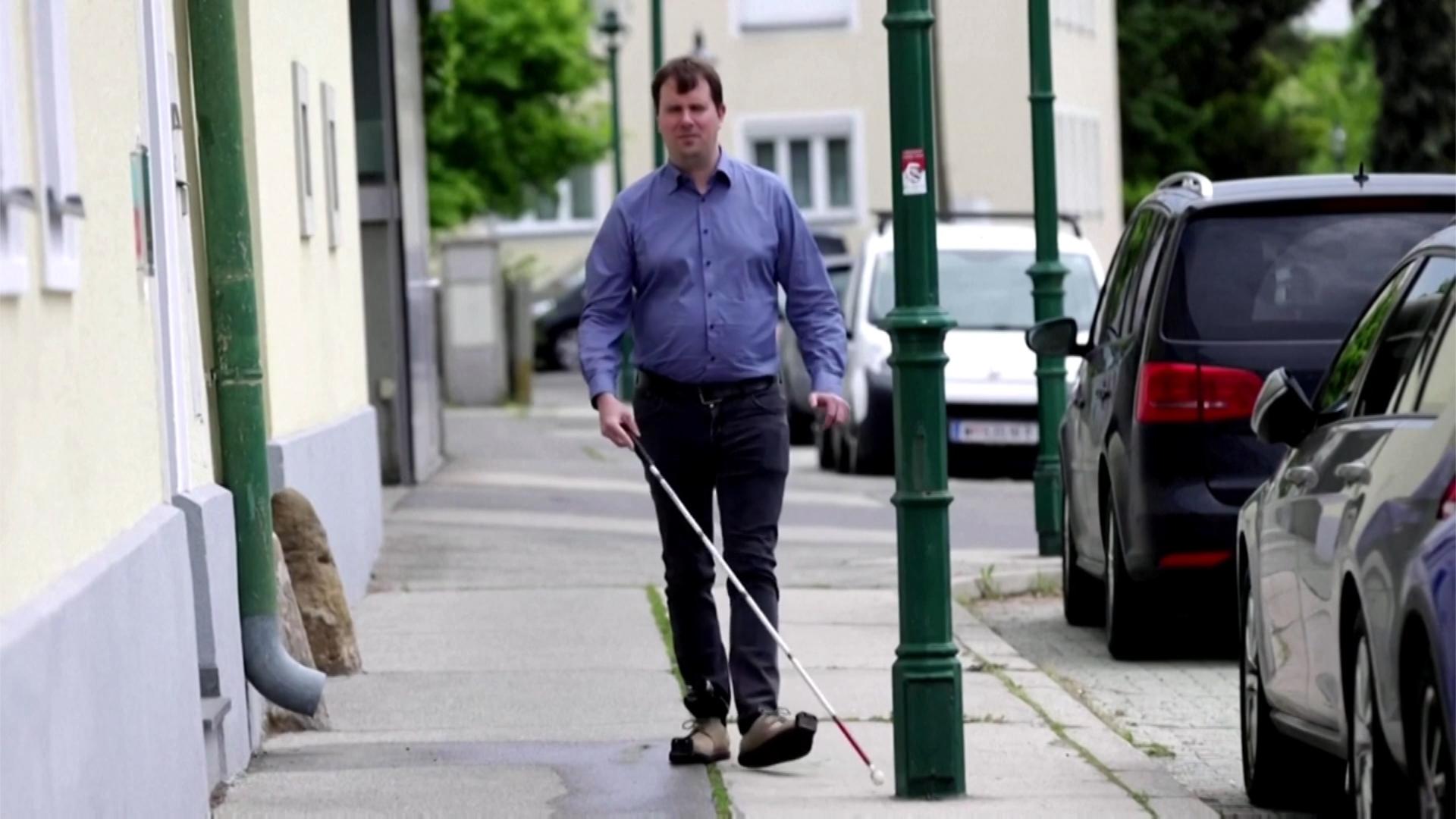 Giày cảnh báo vật cản cho người mù
