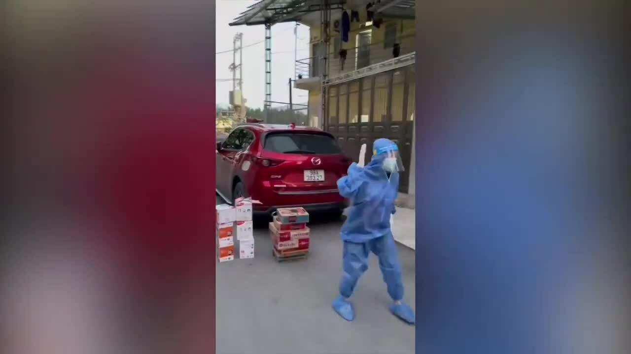 Cô gái nhảy khi chờ đồ tiếp tế ở Bắc Giang