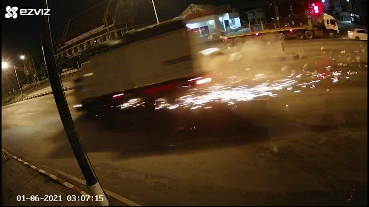Ôtô tải vượt đèn đỏ húc bay xe bán tải