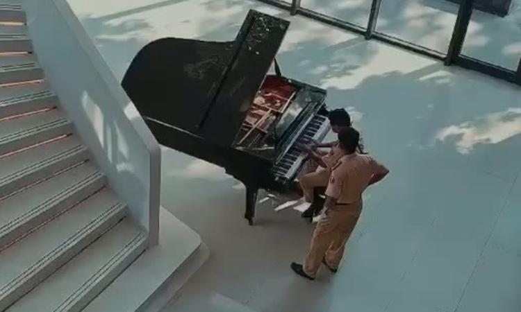 Cảnh sát giao thông độc tấu piano