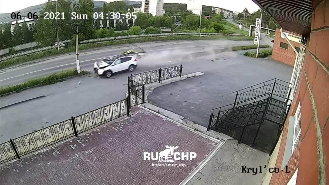 Ôtô đốn bay cột điện, tài xế thoát chết